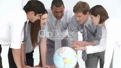 Geschäftsleuten mit Globus.