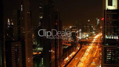 Strassenverkehr in Dubai bei Nacht