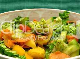 Gemischter Salat in Keramikschale