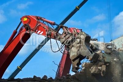 Abrissbagger beim Hausabriss