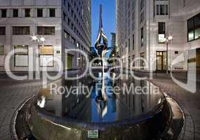 Phoenix Skulptur im Brunnen des Beisheim Center am Potsdamer Platz in Berlin