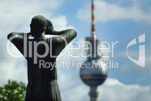 Der Rufer mit Blick auf den Fernsehturm Berlin