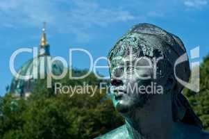 Skulptur des Neptunbrunnen mit Berliner Dom