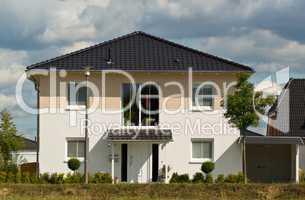 Modernes weißes Einfamilienhaus im Grünen