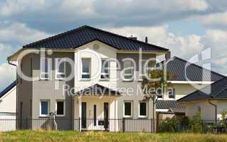 Modernes grau weißes Einfamilienhaus im Grünen