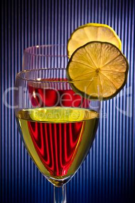 Weingläser hintereinander mit Zitrone