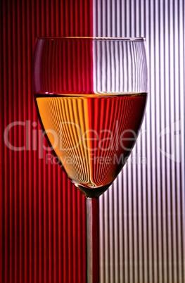 Glas mit gegensätzlichen Farben im Hintergrund
