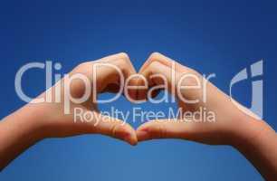Hände bilden mit den Fingern ein Herz