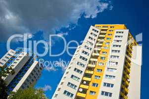 Hochhäuser mit Fenstern und Balkon vor blauem Himmel