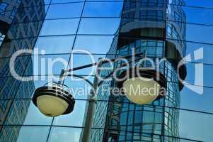Spiegelung des Bundesinnenministeriums  in Berlin in der Fassade eine Hotels