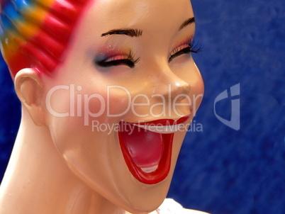 Lachendes Gesicht einer Schaufensterpuppe mit offenen Mund