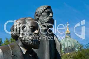 Marx und Engels in Kupfer am Alexander Platz in Berlin