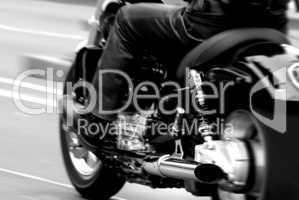 Motorrad in voller Fahrt auf der Straße