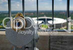Olympiastadion Berlin mit Fernglas im Vordergrund