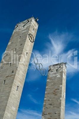 Olympische Ringe des Olympiastadions Berlin vor blauen Himmel