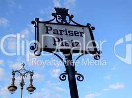 Straßenschild Pariser Platz mit nostalgischer Laterne  in Berlin