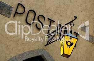 Nostalgisches Schild der Post an einem Haus