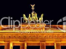 Nachtaufnahme des Brandenburger Tor in Berlin mit der Quadriga