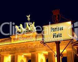 Schild Pariser Platz im Hintergrund das Brandenburger Tor in Berlin
