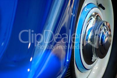 Radlauf eines Oldtimers im Detail in blau mit Chrom