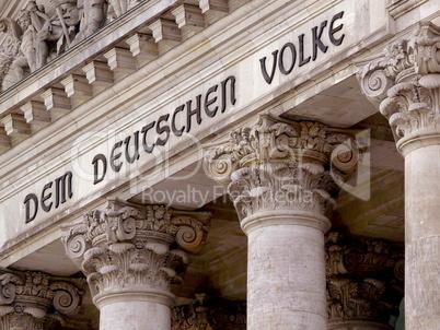Schrift auf dem Reichstag in Berlin - Dem Deutschen Volke