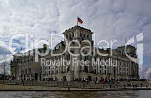 Reichstag in Berlin an der Spree mit Kuppel seitlich aufgenommen