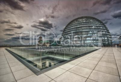 Auf dem Dach des Reichstag in Berlin mit Kuppel  und Wolken