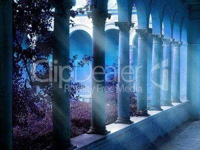 Säulengang am frühen Morgen mit Frühnebel und Lichtdurchlass