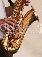 Illustration einer Detailaufnahme eines Saxophons mit Spieler