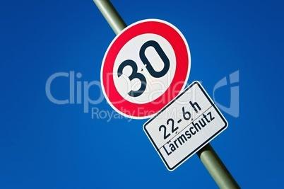 Schild einer geschwindigkeitsbegrenzten Zone 30 er Verkehrsschild