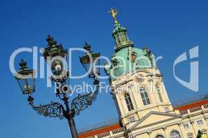 Laterne im Vordergrund vom Schloss Charlottenburg in Berlin