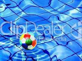 Wasserball in einem Schwimmbecken mit Wasserlinien auf dem Boden