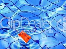 Schwimmflügel auf der Wasseroberfläche eines Schwimmbeckens