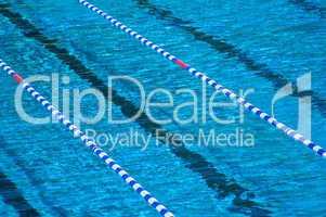 Schwimmbecken Pool mit Wasser gefüllt und Absperrketten zur Bahnmarkierung