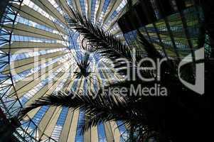 Segeldach des Sonycenter mit Palmen als Silhouette