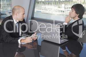 Gespräch zwischen zwei Geschäftsmännern