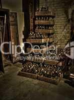 Bierflaschen in Bierkästen gestapelt im Keller in Sepia