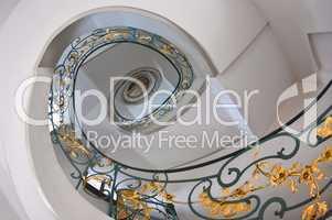 Treppenaufgang Spirale mir goldenem Geländer und Rosendekor