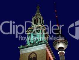 Fernsehturm am Alexanderplatz mit der Marienkirche in der Nacht