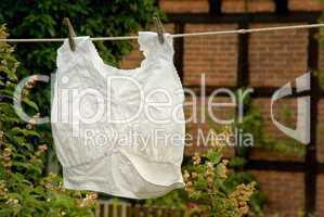 Damenunterwäsche mit Spitze auf der Wäscheleine