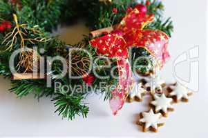 Zimtsterne zur Weihnachtszeit unter einem Adventskranz