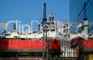 Zug spiegelt sich auf der Hochtrasse in Berlin im Hintergrund das Theater des Westens
