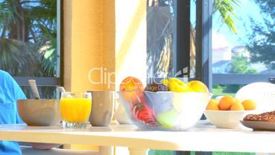 Seniorenpärchen beim Frühstück