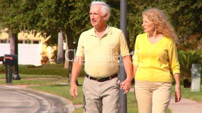 Seniorenpärchen beim spazieren