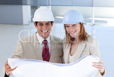 Two engeneers disscussing a construction project