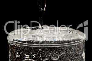 überlaufendes Wasserglas
