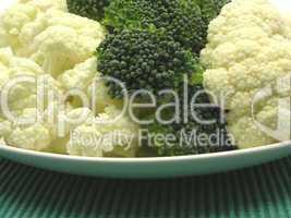 Blumenkohl und Brokkoli auf Teller arrangiert