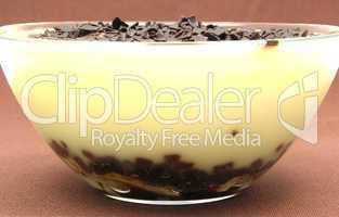Vanillepudding mit Banane und Schokoladenstreusel im Glas