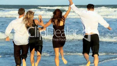 Zwei Paare am Strand