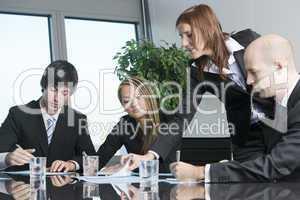 Vier Geschäftsleute warten auf Kunden oder Jobbewerber